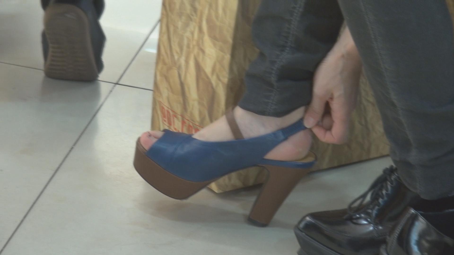 街拍 看美女试鞋,我总是兴意盎然图片